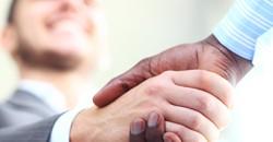 Poignée de main entre hommes